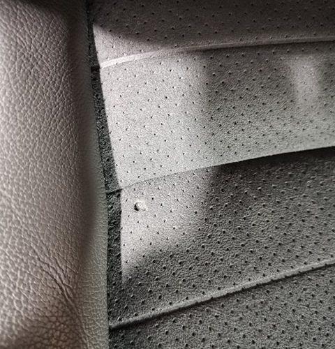 Réparation d'un trou dans un siège en tissu. il s'agit d'un trou sur l'assisse du siège.