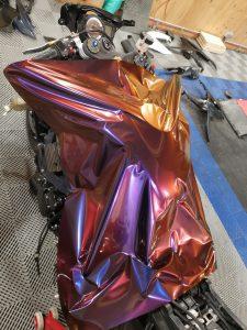 Suzuki GXSR 750 avec une pose de film de covering couleur gloss black metallic