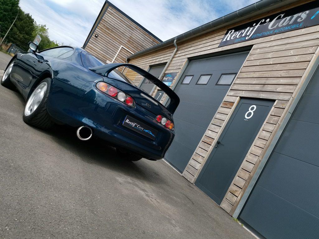 Supra MK4 devant le local de Rectif'Cars
